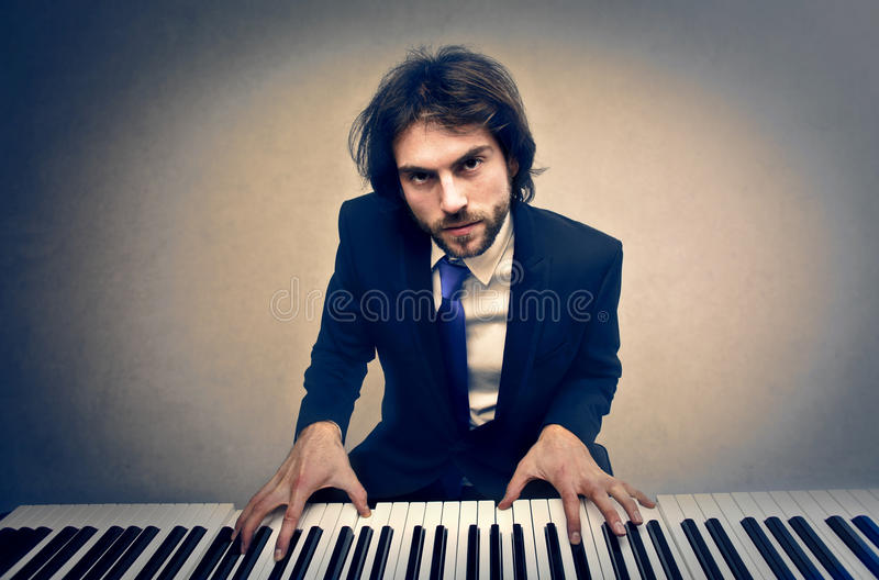 Homme jouant le piano photo stock