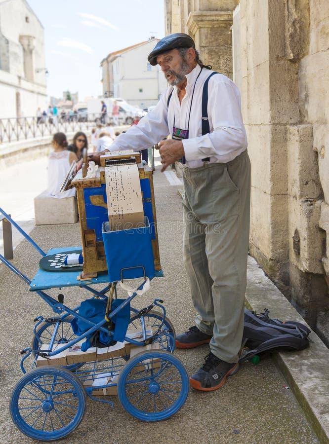Homme jouant sur l'organe de rue JUNE12, 2018 dans Arles, Frances photos libres de droits