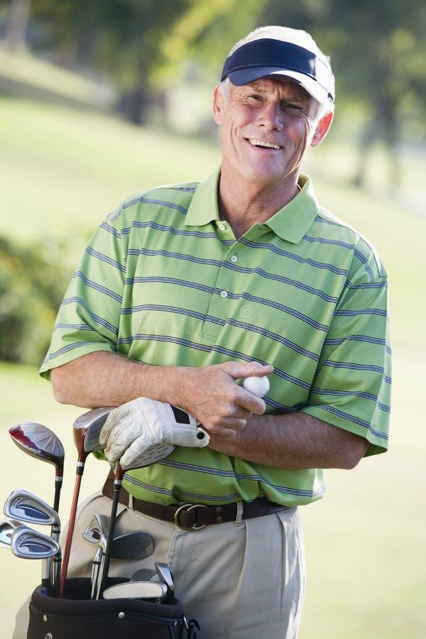 Homme jouant un jeu du golf images libres de droits