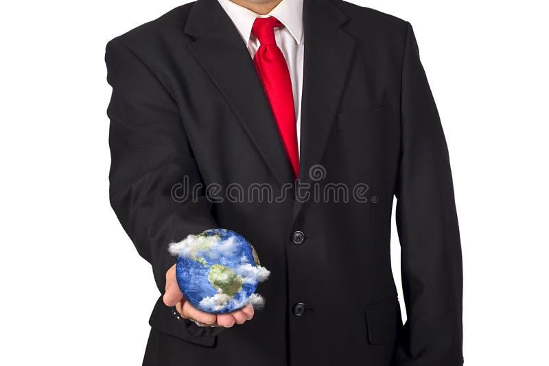 Homme jugeant la terre de planète disponible avec les nuages de flottement photographie stock