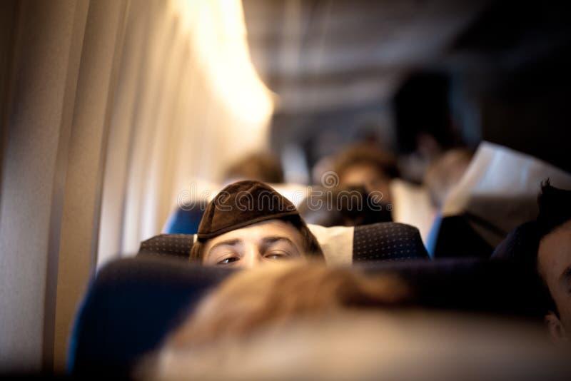 Homme juif orthodoxe dans la kippa sur l'avion photo stock