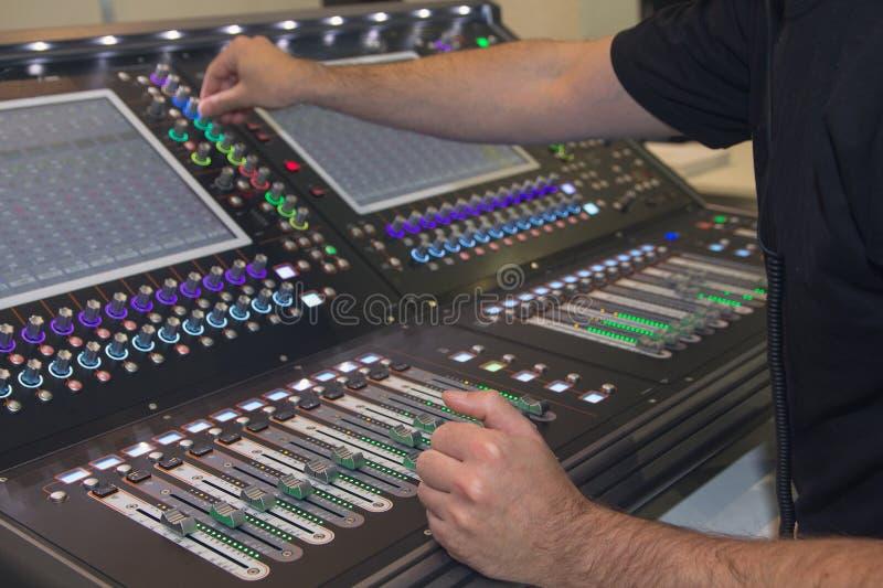 homme ? l'aide de la console de m?lange dans le studio d'enregistrement sonore image libre de droits