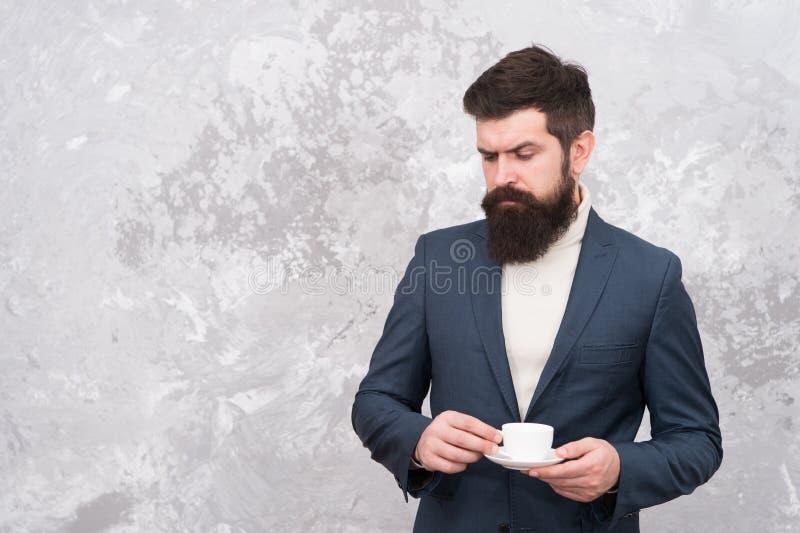 homme ?l?gant avec du caf? de boissons de barbe Hippie barbu brutal dans le costume formel Mod?le de mode m?le Homme d'affaires m photos stock