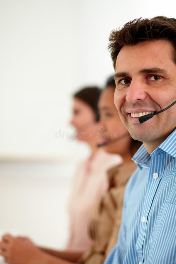 Homme latin d'opérateur souriant à vous photos libres de droits