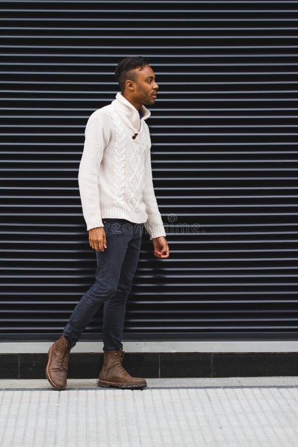 Homme latin posant dehors photos stock