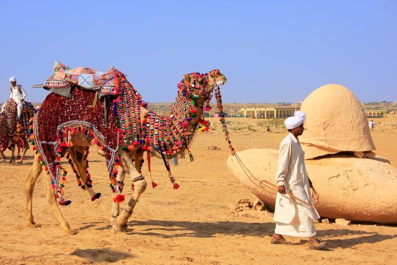 Homme local marchant avec son chameau au festival de désert, Jaisalmer, photographie stock libre de droits