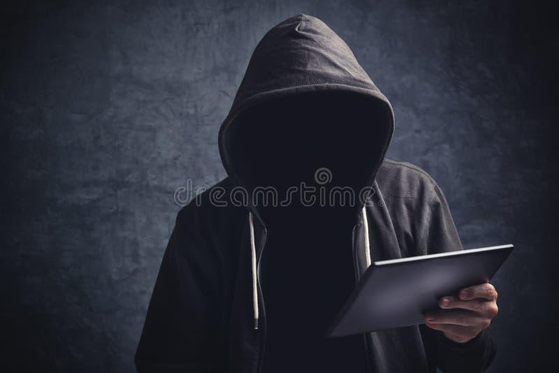 Homme méconnaissable anonyme avec la tablette numérique