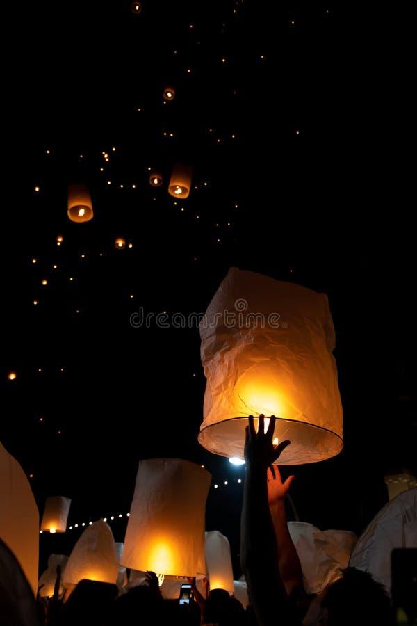 Homme méconnaissable libérant le lampion pendant le festival de Loi Krathong et de YI Peng dans l'AMI Chian photo stock