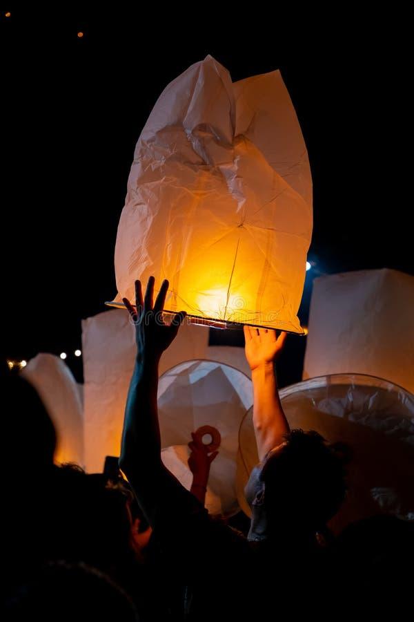 Homme méconnaissable libérant le lampion pendant le festival de Loi Krathong et de YI Peng dans l'AMI Chian photo libre de droits