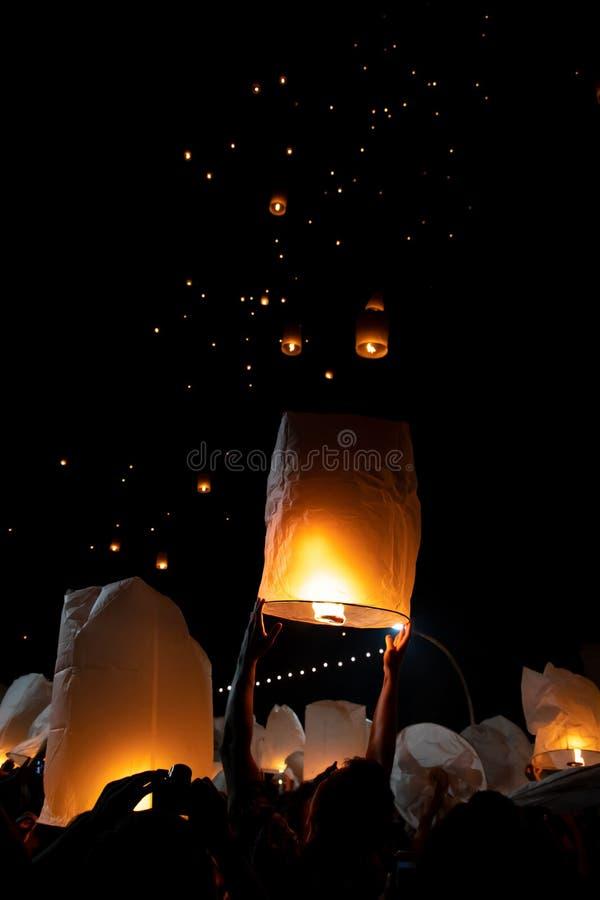 Homme méconnaissable libérant le lampion pendant le festival de Loi Krathong et de YI Peng dans l'AMI Chian images stock