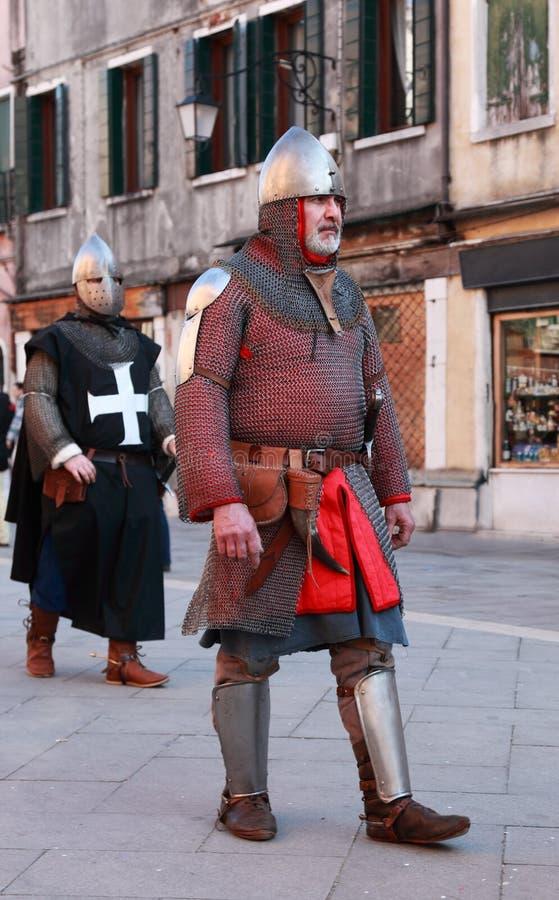 Homme médiéval dans l'armure photo libre de droits