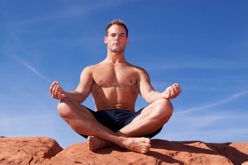 Homme méditant à l'extérieur photo libre de droits