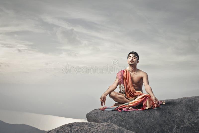 Homme méditant image stock
