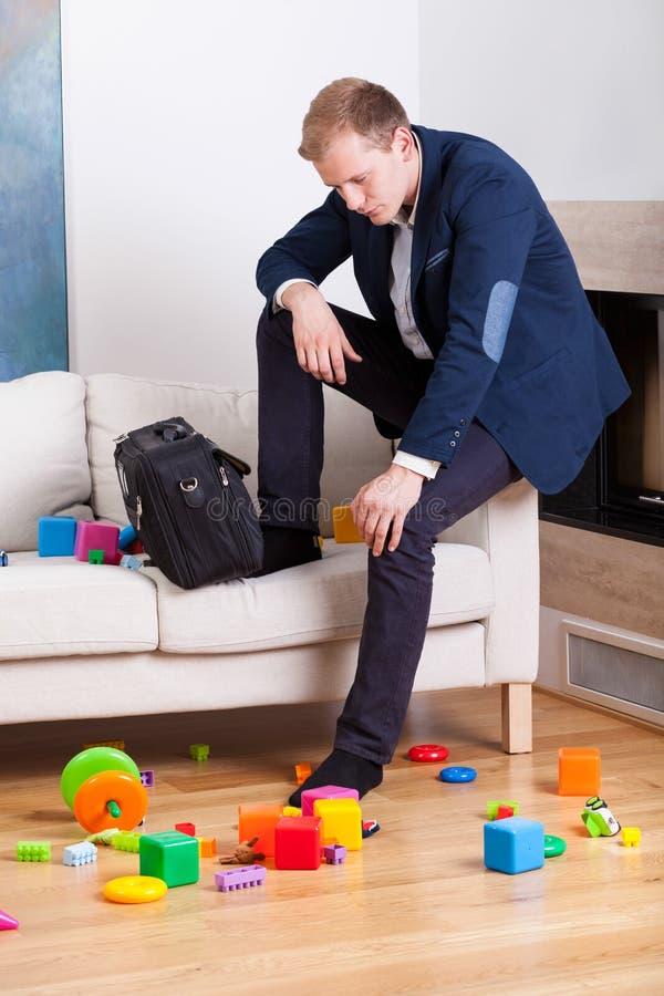 Homme mélancolique s'asseyant sur le sofa images stock