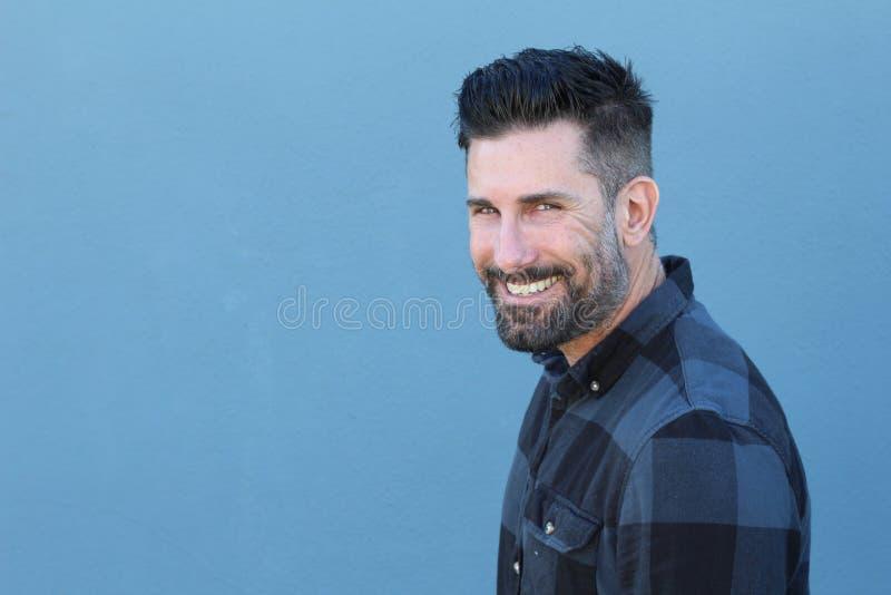 Homme mûr bel souriant et riant image stock