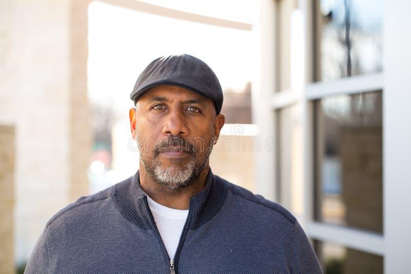 Homme mûr d'Afro-américain dans la pensée profonde photographie stock libre de droits