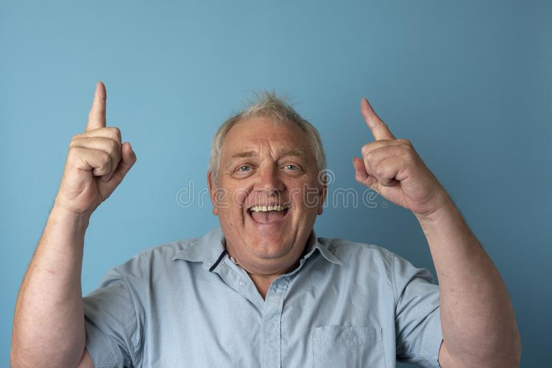 Homme mûr heureux souriant et se dirigeant photos libres de droits