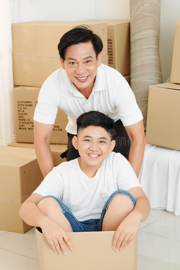 Homme mûr jouant avec un fils préadolescents images libres de droits