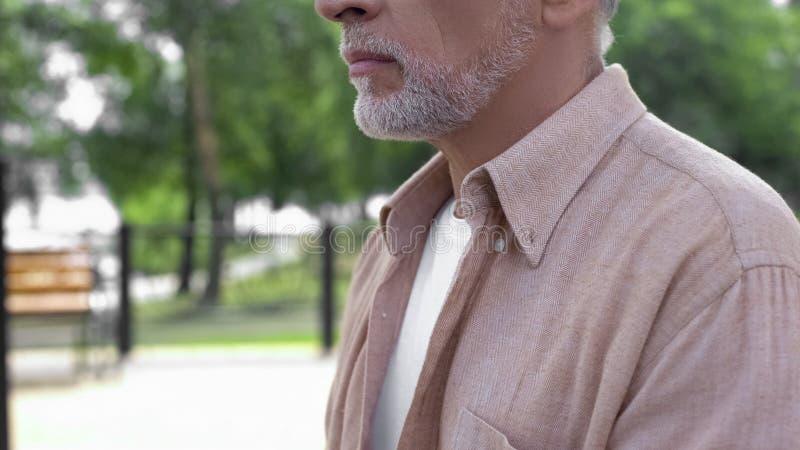 Homme mûr se reposant en parc, sagesse de vieillesse, solitude de retraite, repos paisible photos libres de droits