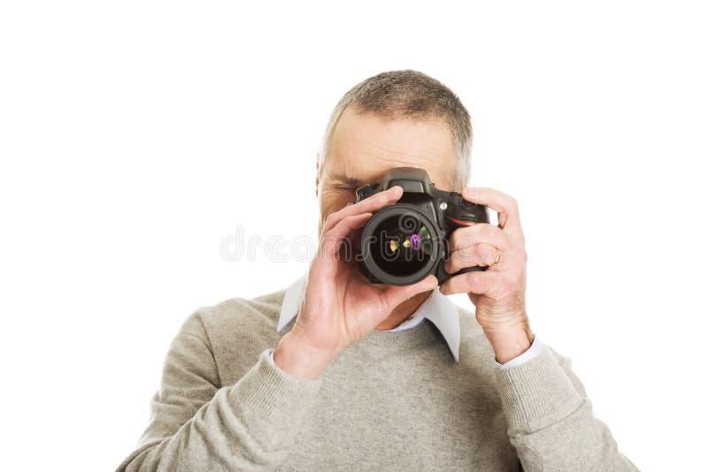 Homme mûr avec l'appareil-photo de photo images stock