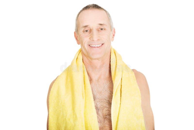 Homme mûr avec une serviette autour de cou photos stock