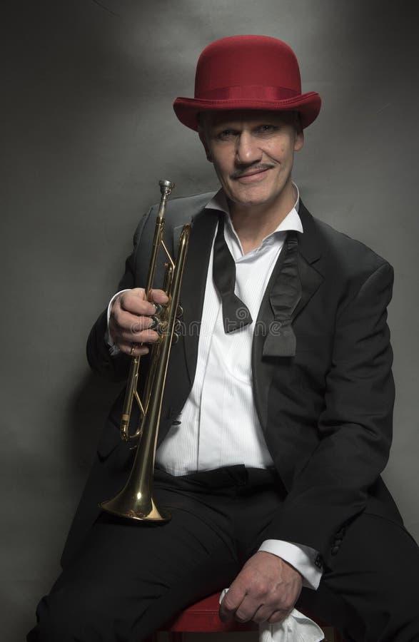 Homme mûr de jazz avec une trompette photographie stock