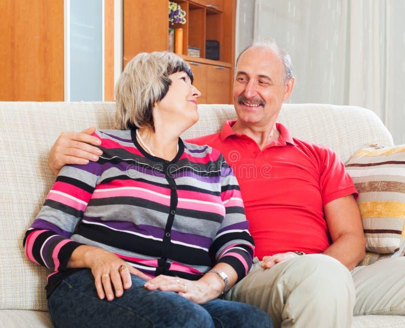 Homme mûr de sourire avec l'épouse dans la maison image libre de droits