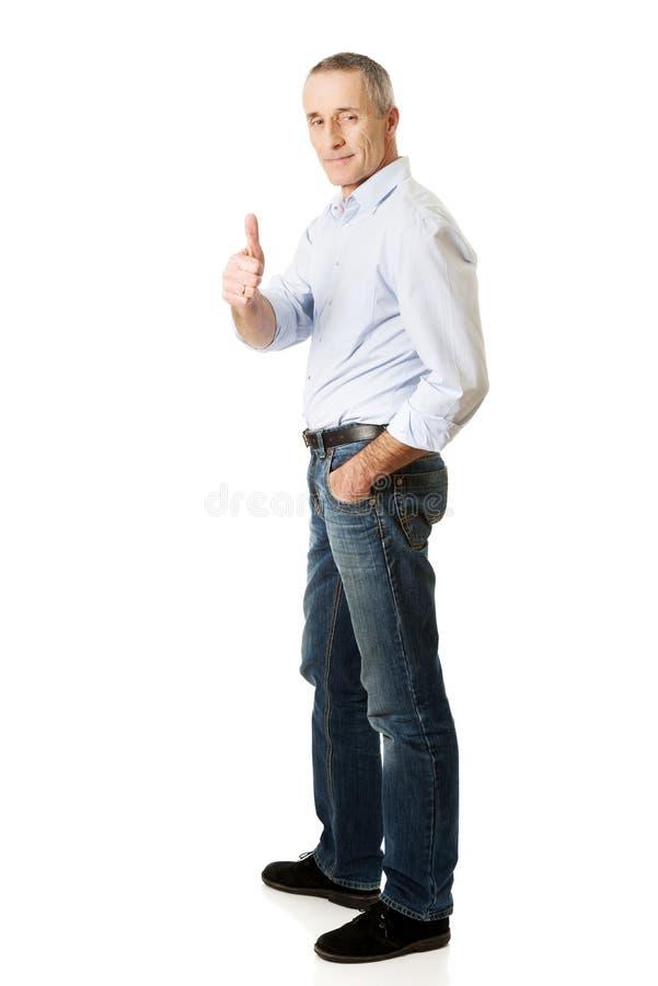 Homme mûr faisant des gestes le signe correct photos stock