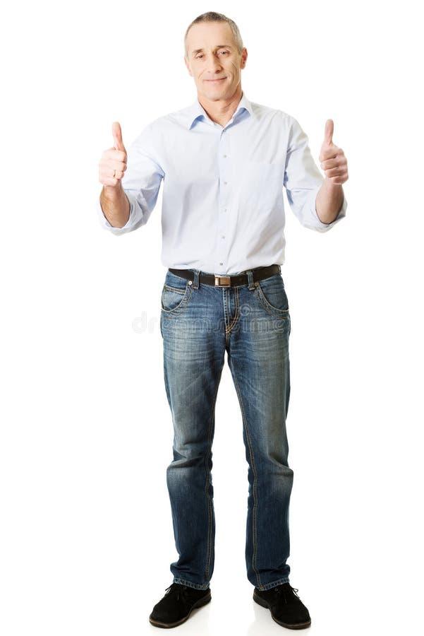 Homme mûr faisant des gestes le signe correct photographie stock libre de droits