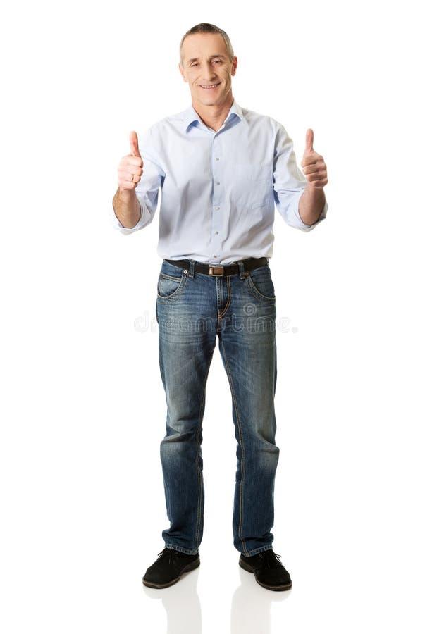 Homme mûr faisant des gestes le signe correct photo stock
