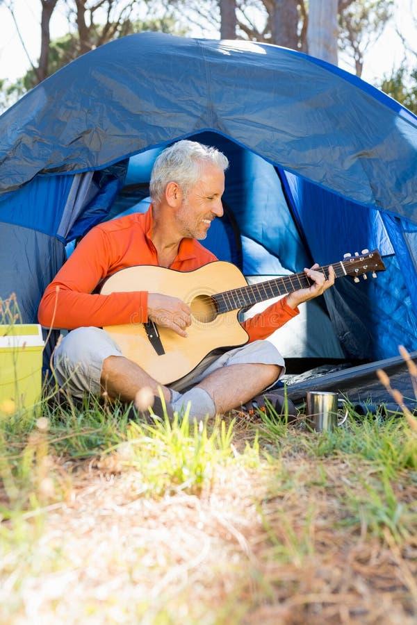 Homme mûr jouant la guitare photo libre de droits