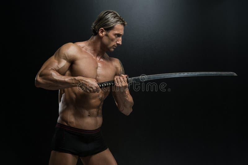 Homme mûr jugeant l'épée prête à combattre image stock