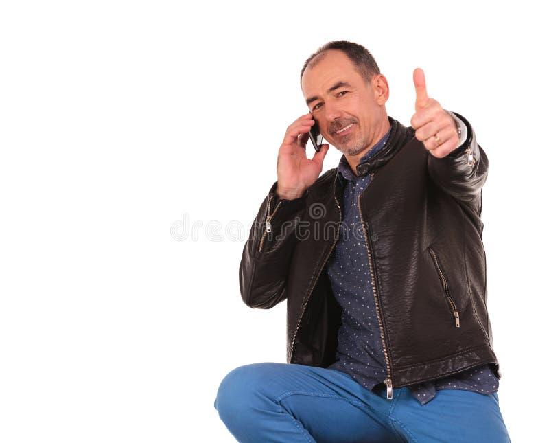 Homme mûr parlant à son téléphone portable photographie stock libre de droits