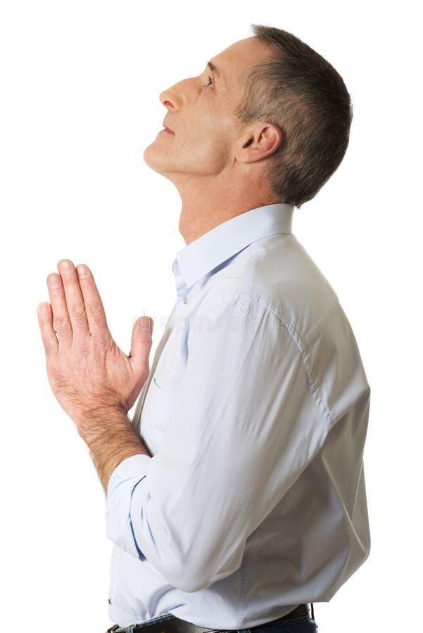 Homme mûr priant à Dieu photos stock
