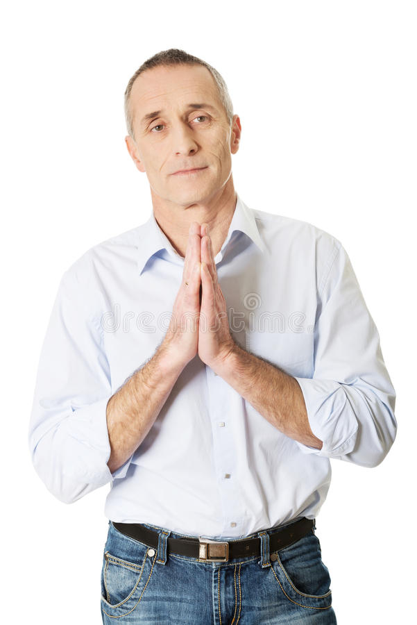 Homme mûr priant à Dieu images stock