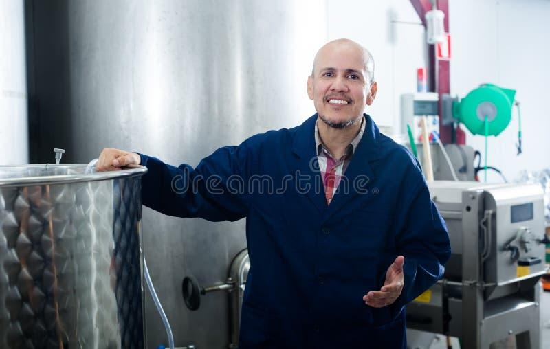 Homme mûr professionnel travaillant dans la fermentation secondaire s de vin photographie stock libre de droits