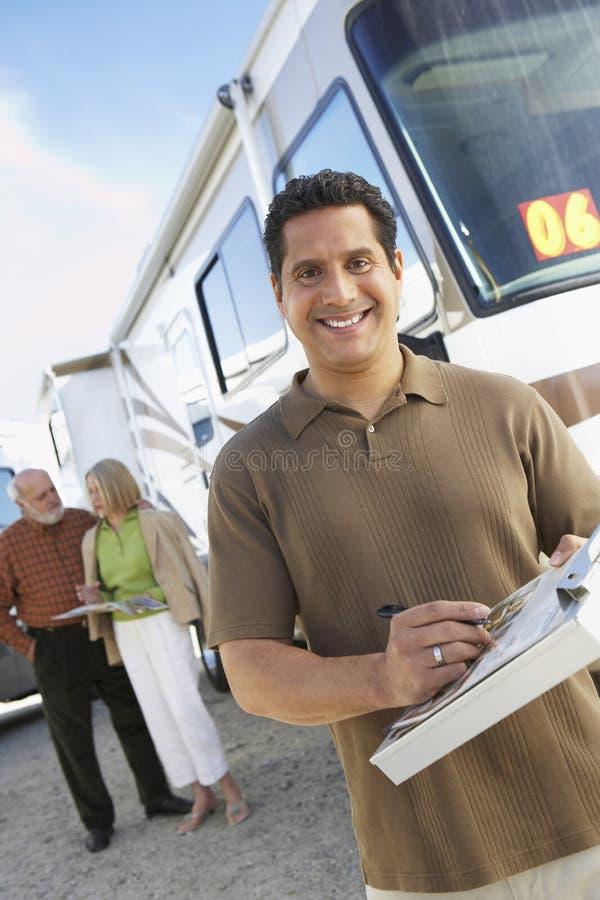 Homme mûr tenant un guide photos libres de droits