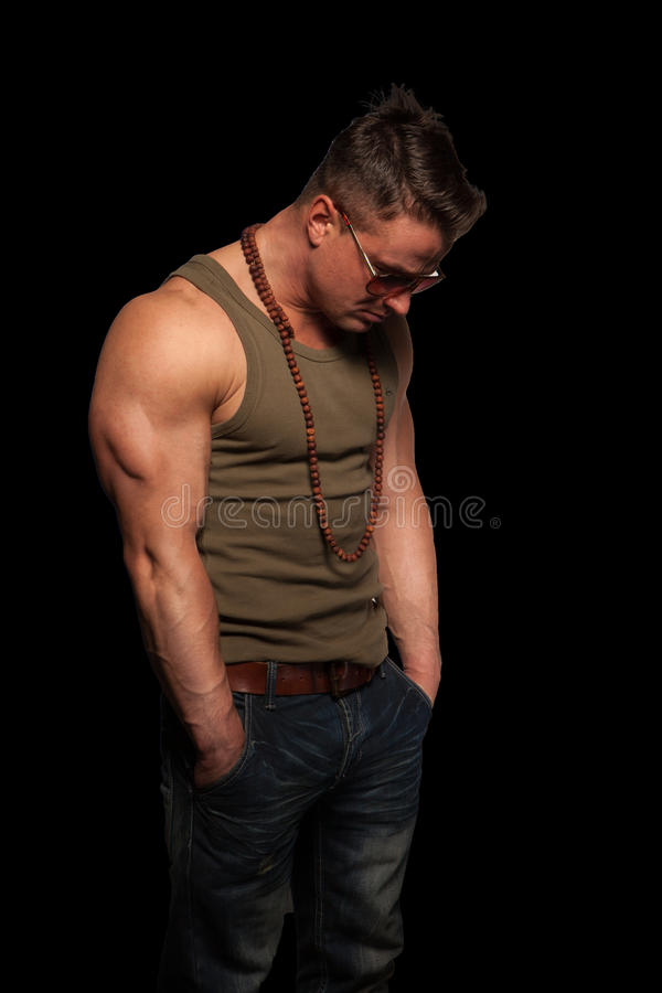 Homme macho avec affliction photo stock