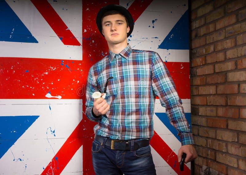 Homme magnifique dans l'équipement à la mode dans le drapeau BRITANNIQUE avant photo stock