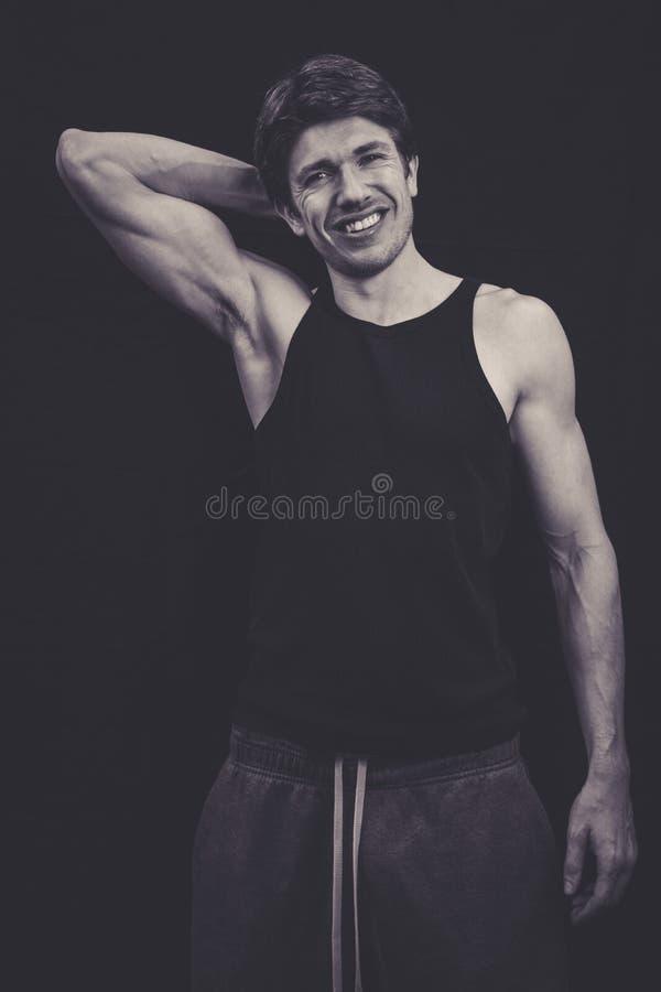 Homme maigre dans le dessus de gilet dans le studio images stock