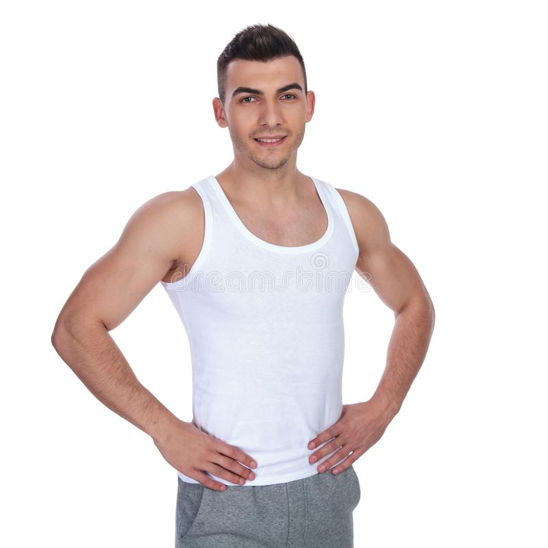 Homme maigre et sexy dans la position de tricot tout en tenant des hanches image libre de droits