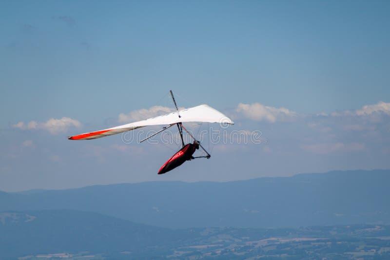 Homme Main-glissant dans le ciel au-dessus de Mointains un jour chaud d'été photos libres de droits