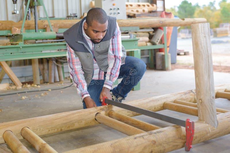 Homme maintenant le bois ensemble photos libres de droits