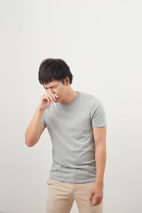 Homme malade avec le portrait d'écoulement nasal ; homme asiatique malade avec les no. liquides photos stock