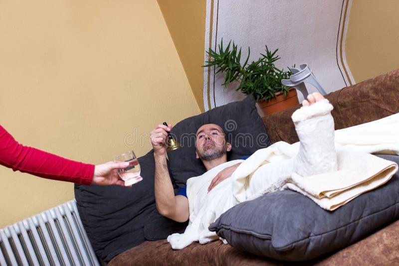 Homme malade et paresseux photographie stock libre de droits