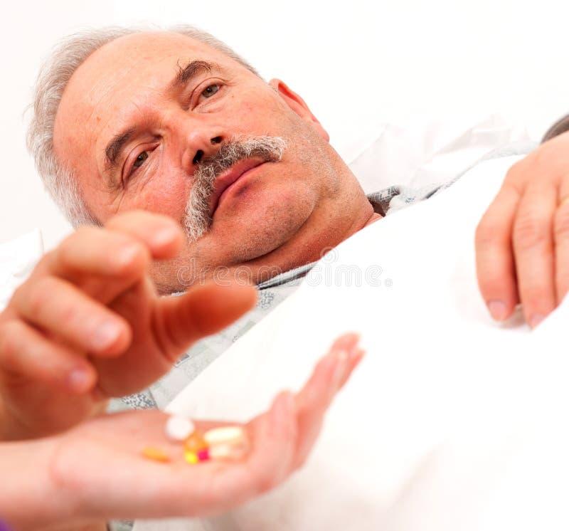 Homme malade prenant des pillules photo libre de droits