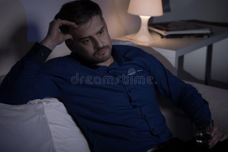 Homme malheureux effrayé de l'avenir image libre de droits