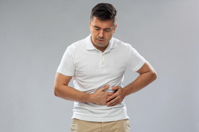 Homme malheureux souffrant du mal d'estomac photos libres de droits
