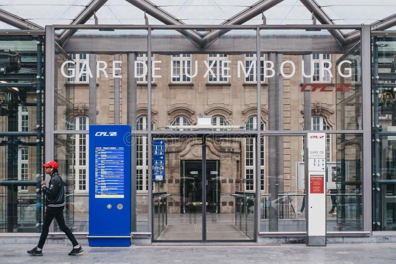 Homme marchant après l'entrée de la gare ferroviaire de Gare De Luxembourg photo stock