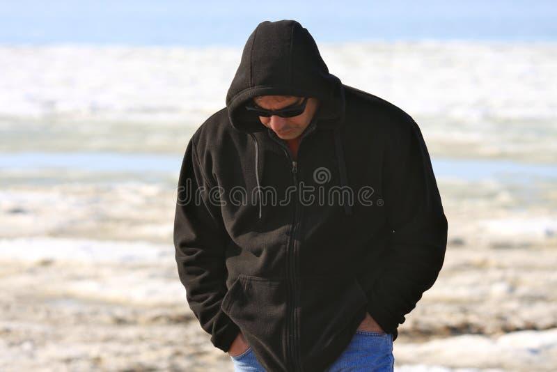Homme marchant avec la tête vers le bas images stock